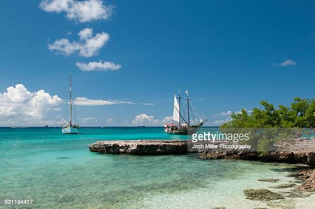 sailboat anchored along the tropical shores of auruba - aruba stockfoto's en -beelden