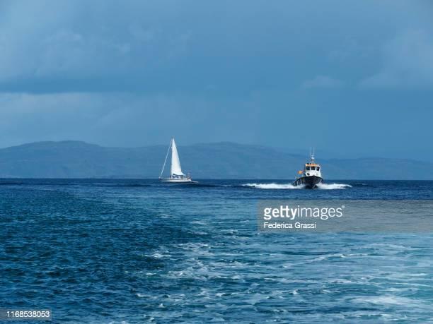 sailboat and hydrofoil along the isle of mull, scotland - hebriden inselgruppe stock-fotos und bilder