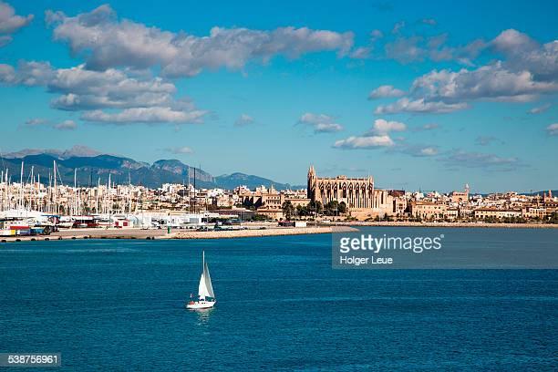sailboat and la seu palma cathedral - palma majorca stock pictures, royalty-free photos & images