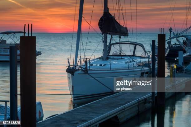 Zeilboot op de steiger in jachthaven bij dageraad