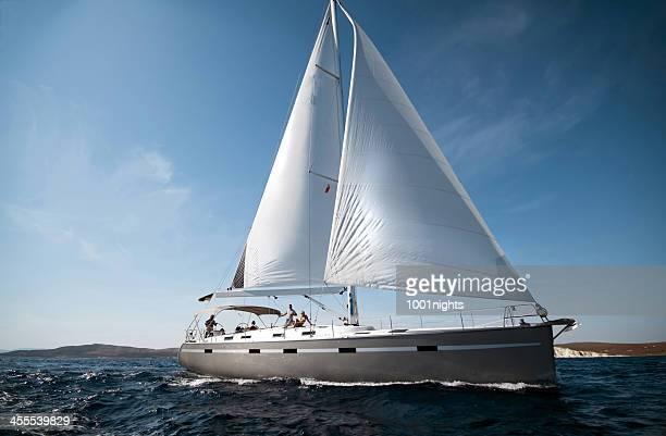 Bateau à voile sur la mer sur une journée ensoleillée