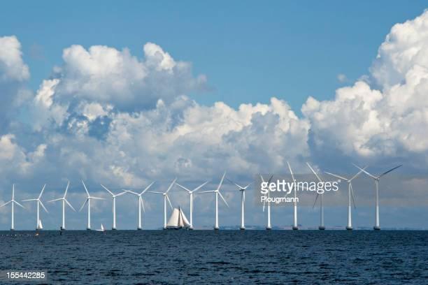 Segelboot vor Wind Turbinen