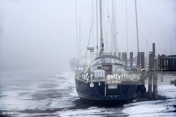 Segelboot im Hafen von gefrorenen