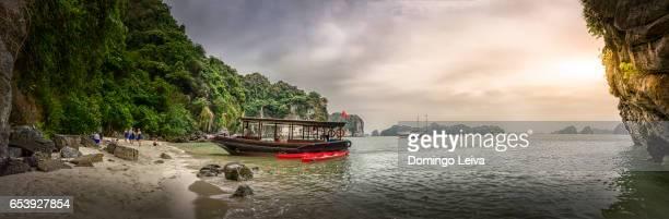 sailboat in ha long bay - patrimonio de la humanidad por la unesco stock pictures, royalty-free photos & images