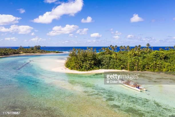 sailboat in the idyllic muri lagoon in rarotonga in the cook islands in polynesia south pacific - isole cook foto e immagini stock