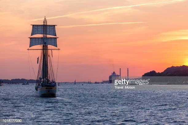 Zeilboot verlaten van de haven van Hamburg