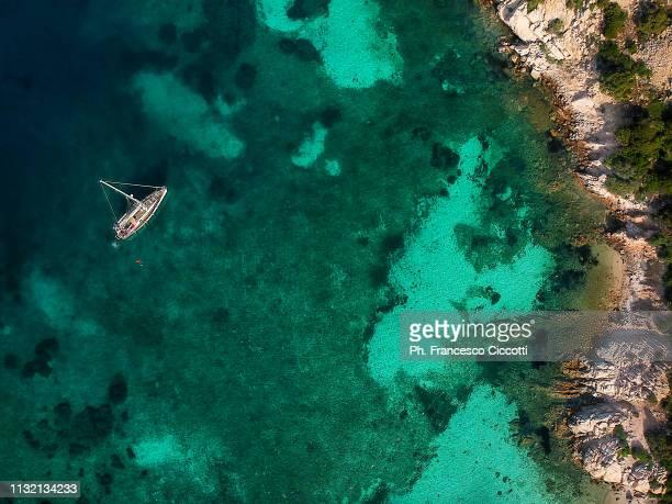 sailboat on emerald sea - cerdeña fotografías e imágenes de stock