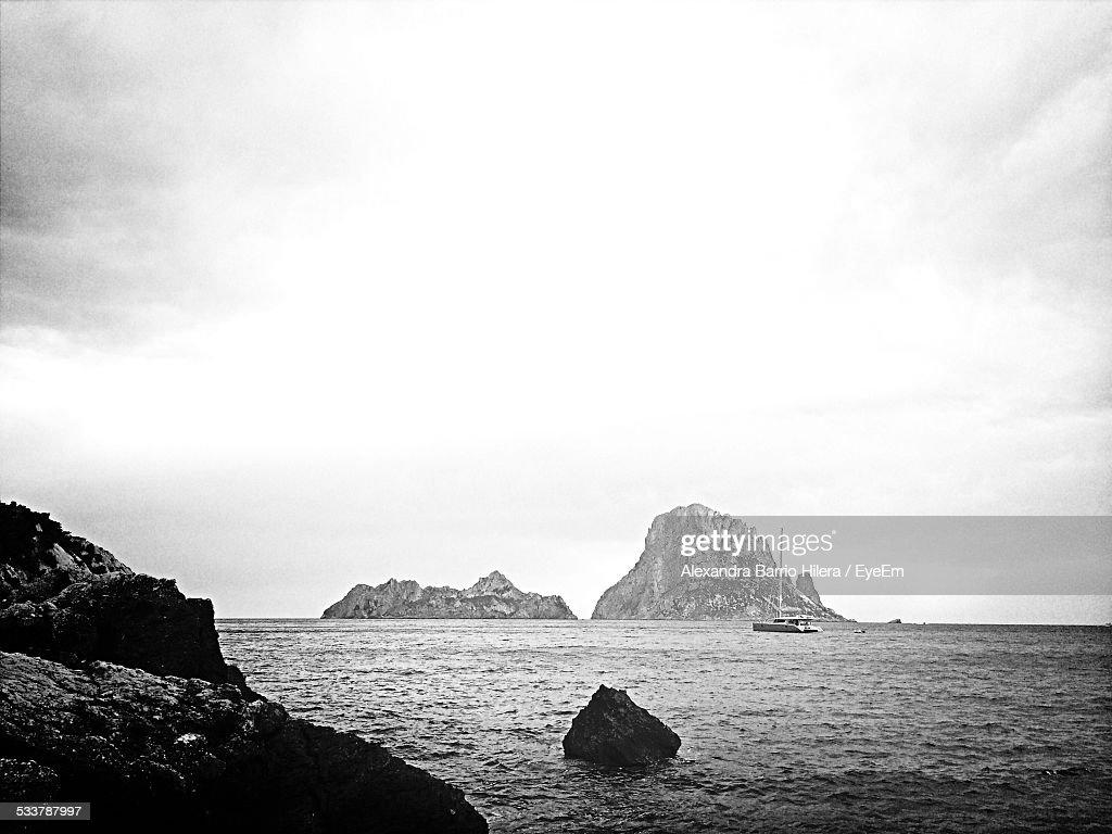 Sailboat On Sea Against Cliffs : Foto stock