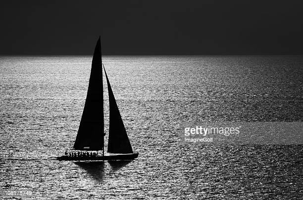 bateau à voile sur l'eau, noir et blanc - voilier noir et blanc photos et images de collection