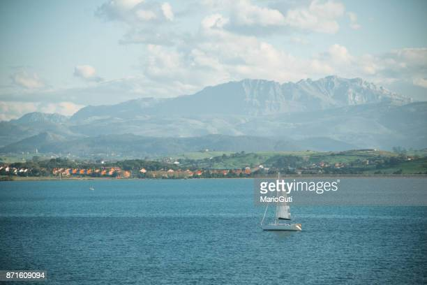 barco de vela - cantabria fotografías e imágenes de stock