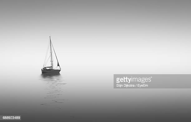 sailboat sailing on sea - voilier noir et blanc photos et images de collection