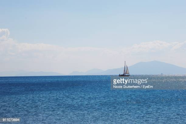 sailboat sailing on sea - stutterheim stock pictures, royalty-free photos & images