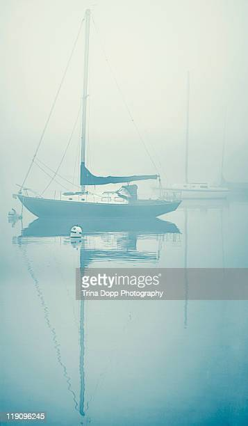 sailboats in belmont harbor under shroud of fog - belmont harbor fotografías e imágenes de stock