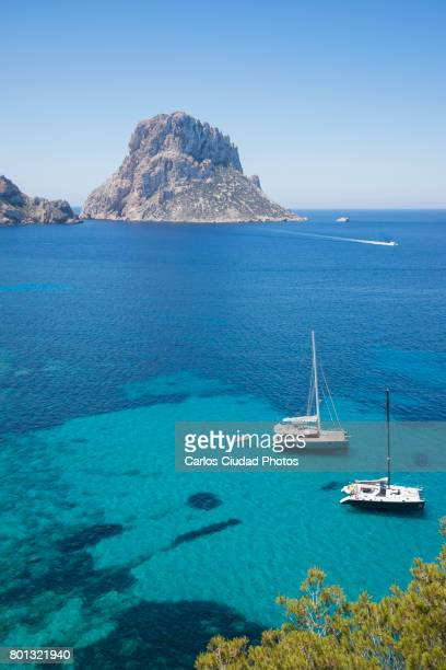 sailboats in front of es vedra island, ibiza, spain - insel ibiza stock-fotos und bilder