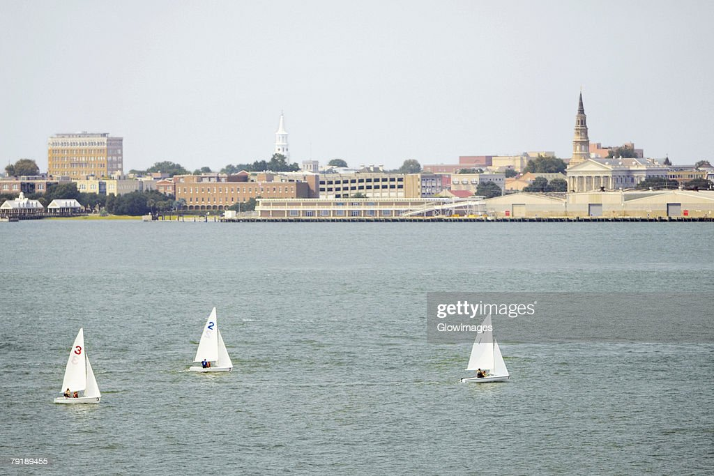 Sailboats in the river with buildings in the background, Patriot's Point, Charleston Harbor, Charleston, South Carolina, USA : Foto de stock
