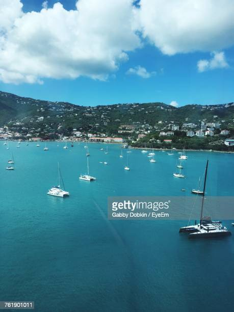 sailboats moored in sea against sky - gabby allen stockfoto's en -beelden
