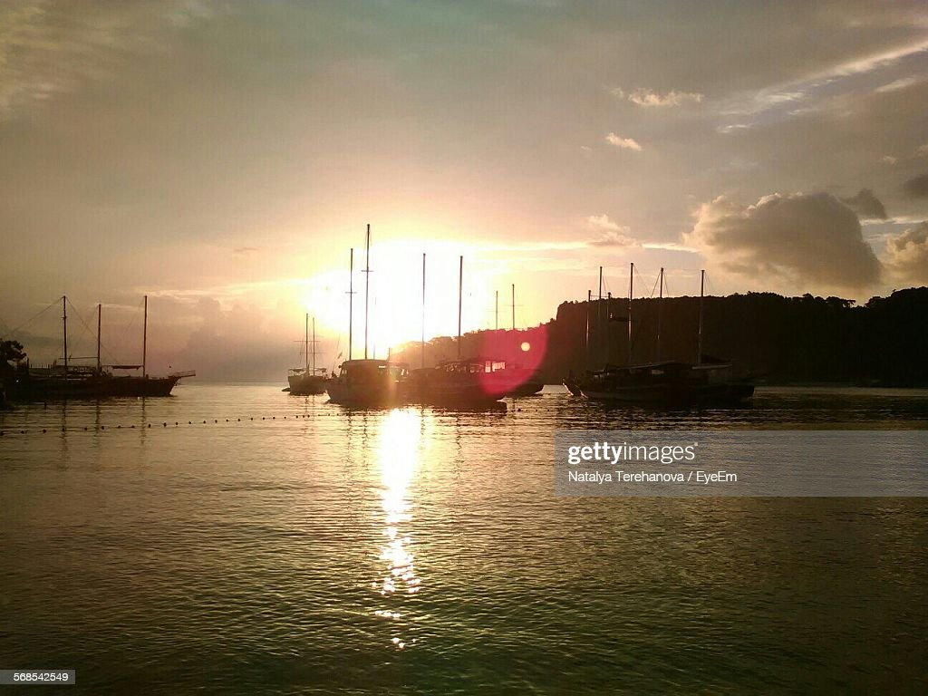 Sailboats Sailing In Sea Against Sky On Sunny Day : Stock Photo