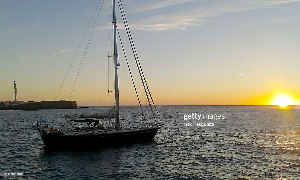 Sailing boat against sunset : Stock-Foto