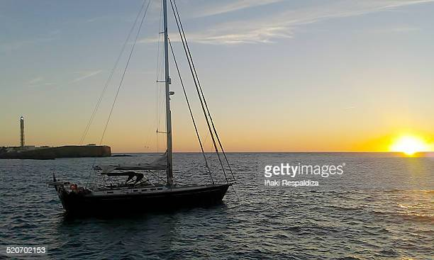 sailing boat against sunset - iñaki respaldiza photos et images de collection