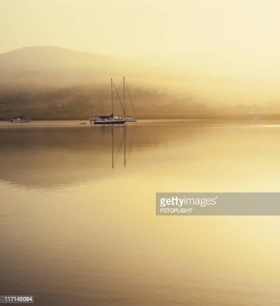 segeln schiff vor anker in tropischen karibischen bay mit nebel. - vertäut stock-fotos und bilder