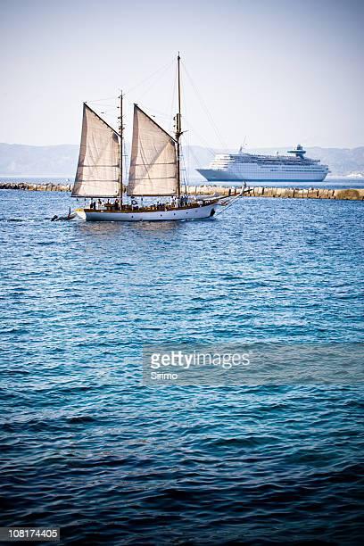 voile bateau et navire de croisière - paquebot france photos et images de collection