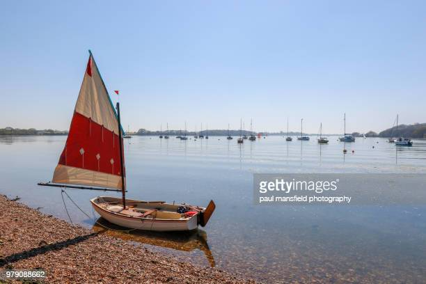 sailing boat at waters edge - west sussex stock pictures, royalty-free photos & images