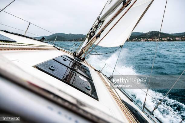 zeilboot dek - zeilboot stockfoto's en -beelden