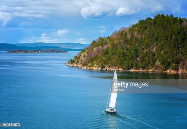 sailing boat in oslo fjord - zeilboot stockfoto's en -beelden
