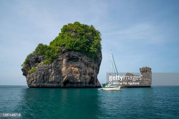 sailing boat in phi phi island thailand sea. - seascape stock-fotos und bilder