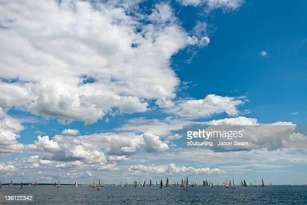 sailing boat in sea - s0ulsurfing imagens e fotografias de stock