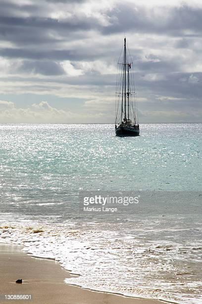 sailing boat on the playa de mujeres beach near playa blanca, lanzarote, canary islands, spain, europe - mujeres fotos stockfoto's en -beelden