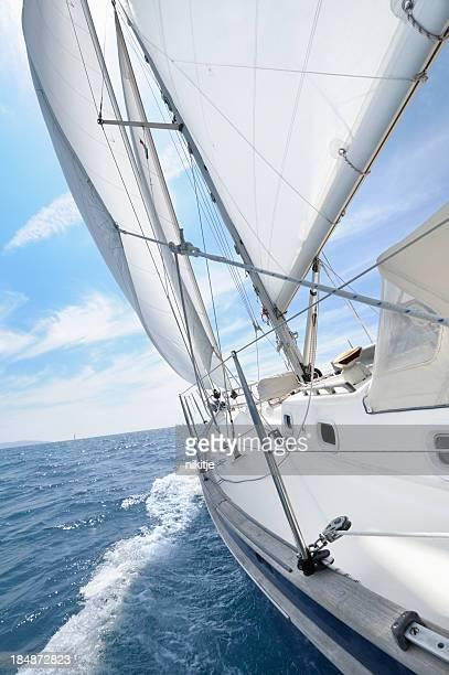 Segelboot Segel Am Horizont geht unter den Markplatz