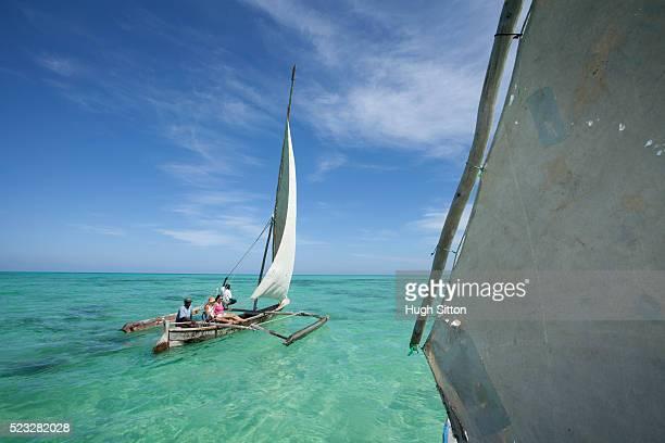 sailing boats off the coast of zanzibar. tanzania. africa. - hugh sitton 個照片及圖片檔