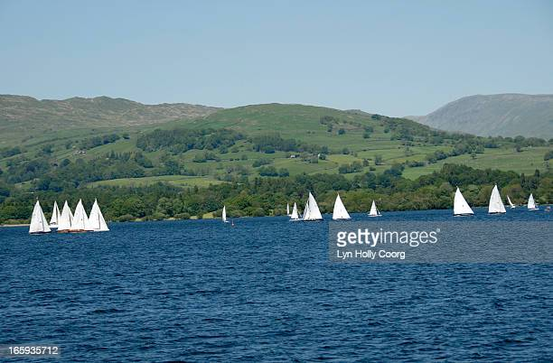 sailing boats on lake windermere - lyn holly coorg photos et images de collection