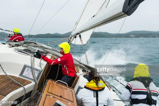 zeilen cursus bemanning op golfde zee - crew stockfoto's en -beelden