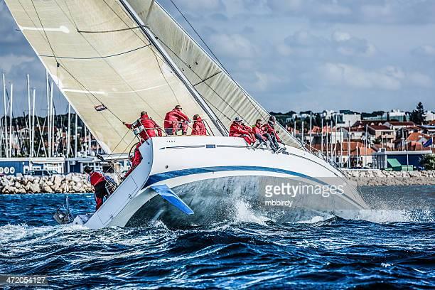 Équipe de voile de bateau à voile en Régate