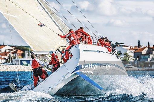 Squadra di vela su Barca a vela durante la regata