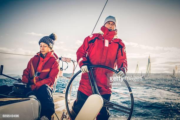 voile d'équipage sur voilier sur régate sur matin d'automne ensoleillé - navigation de plaisance photos et images de collection