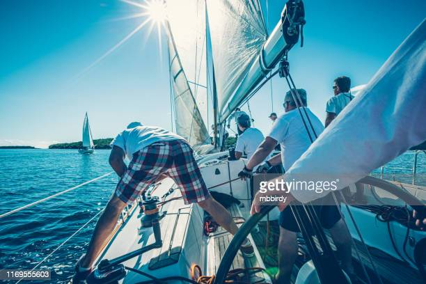 zeil bemanning op zeilboot op de regatta - teamevenement stockfoto's en -beelden