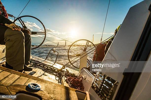 segeln crew auf segelboot auf der regatta - crew stock-fotos und bilder