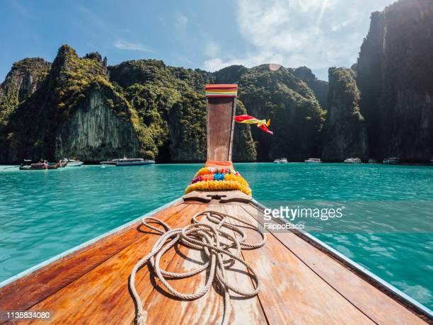 segeln auf einem longtail-boot in thailand, phi phi island - asiatisches langboot stock-fotos und bilder