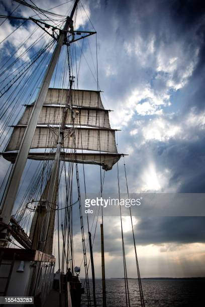Navigation à voile sur la mer Baltique, au crépuscule