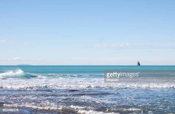 voile sur les eaux turquoise de la mer - navigation de plaisance photos et images de collection