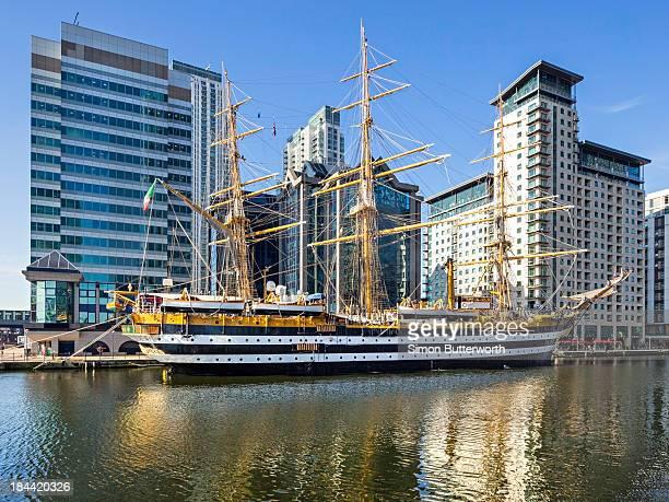 sailing ship amerigo vespucci at canary wharf. - amerigo vespucci nave foto e immagini stock