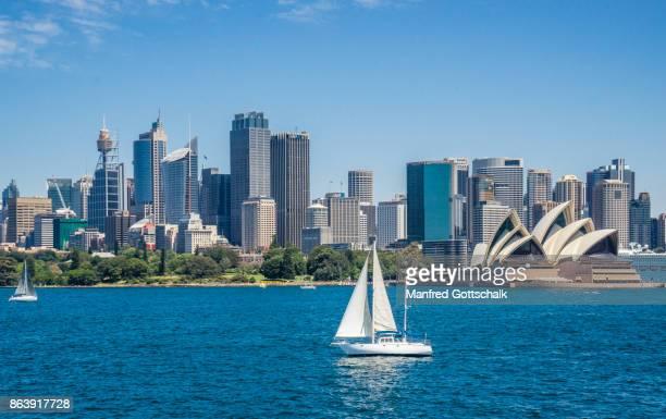 sailing sydney harbour - sydney australië stockfoto's en -beelden