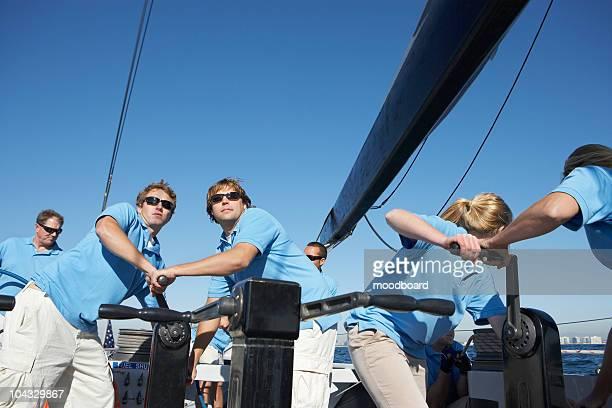 Équipe de voile sur un yacht