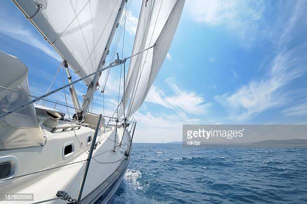 sailing towards the horizon in open sea - zeilboot stockfoto's en -beelden