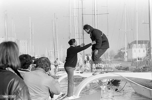 Transat In Double LorientBermudaLorient Lorient 20 mai 1983 Dans un port lors de la préparation du voilier PAUL RICARD du navigateur Eric TABARLY...