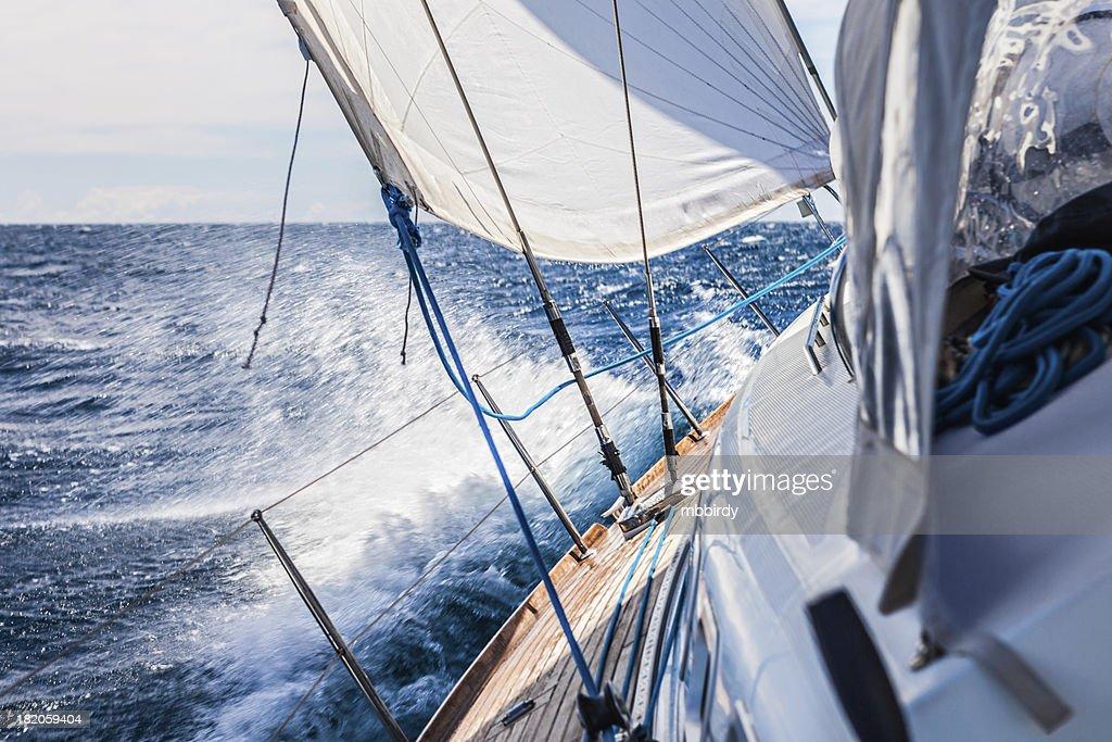 Com barco à vela : Foto de stock