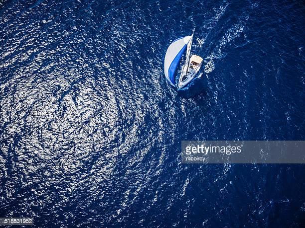 vela in barca a vela, vista dal ronzio - barca a vela foto e immagini stock